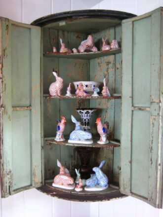 Podge corner cabinet with Herend